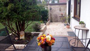 Terrasse Naturstein mit Sichtschutzmauer